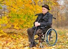 Rozważny starszy amputowany siedzi outdoors Fotografia Royalty Free