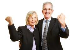 Rozweselać starej starszej pary zaciska pięści zdjęcia royalty free
