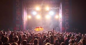 Rozweselać tłumu przy dryndulą na Respublica skały festiwalu Obraz Royalty Free
