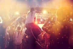 Rozweselać tłumu przy koncertem Fotografia Stock