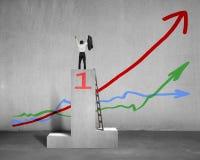 Rozweselająca biznesmen pozycja na podium z 3 trendami Zdjęcia Royalty Free