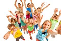 Rozweselający dzieciaków podnosi ręki up w powietrzu Zdjęcia Royalty Free