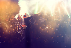 Rozweselający tłumu filmującego na kamerze przy koncertem Fotografia Royalty Free