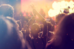 Rozweselający tłumu filmującego na kamerze przy koncertem Obraz Royalty Free