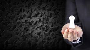 Rozwiązania pojęcie młody biznesowej kobiety ręki mienia keyhole obraz royalty free