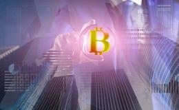 Rozwiązuje blok zarabia zysk Blockchain technologia minować Bitcoin Przyszłościowy cyfrowy pieniądze bitcoin Mężczyzna antrakt wi zdjęcie stock