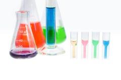 Rozwiązanie próbka w cuvette pomiarze absorbance Zdjęcia Stock