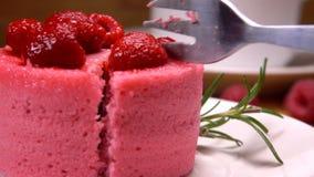 Rozwidlenie bierze kawałek Francuski mousse tort z malinką i śmietanką zbiory