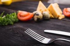 Rozwidlenie i nóż z pomidorem, ser, jajka Zdjęcie Stock