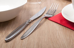Rozwidlenie i nóż na stole Zdjęcia Stock