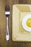 Rozwidlenie obok smażącego jajka na talerzu Fotografia Royalty Free
