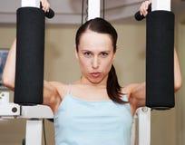 rozwijać robić ćwiczenie mięśniom kobieta Fotografia Stock