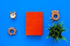 Rozwija rozrywka dla dzieci Książkowe pobliskie zabawki na błękitnego tła odgórnym widoku zdjęcia royalty free