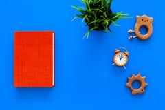 Rozwija rozrywka dla dzieci Książkowe pobliskie zabawki na błękitnej tło odgórnego widoku kopii przestrzeni zdjęcie royalty free