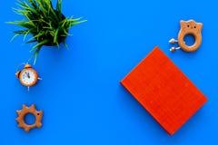 Rozwija rozrywka dla dzieci Książkowe pobliskie zabawki na błękitnej tło odgórnego widoku kopii przestrzeni fotografia royalty free