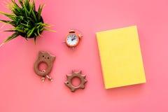 Rozwija rozrywka dla dzieci Książkowe pobliskie zabawki na różowego tła odgórnym widoku fotografia stock