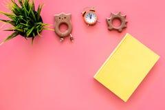 Rozwija rozrywka dla dzieci Książkowe pobliskie zabawki na różowej tło odgórnego widoku kopii przestrzeni fotografia royalty free