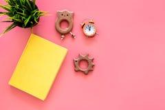 Rozwija rozrywka dla dzieci Książkowe pobliskie zabawki na różowej tło odgórnego widoku kopii przestrzeni zdjęcie royalty free