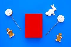 Rozwija rozrywka dla dzieci Książkowi pobliscy cukierki na błękitnego tła odgórnym widoku obraz stock