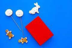 Rozwija rozrywka dla dzieci Książkowi pobliscy cukierki na błękitnej tło odgórnego widoku kopii przestrzeni obrazy stock