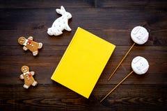 Rozwija rozrywka dla dzieci Książkowi pobliscy cukierki na ciemnego drewnianego tła odgórnym widoku zdjęcia stock