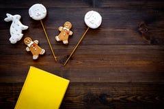 Rozwija rozrywka dla dzieci Książkowi pobliscy cukierki na ciemnej drewnianej tło odgórnego widoku kopii przestrzeni obrazy royalty free