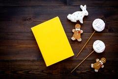 Rozwija rozrywka dla dzieci Książkowi pobliscy cukierki na ciemnej drewnianej tło odgórnego widoku kopii przestrzeni obraz royalty free