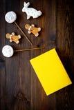 Rozwija rozrywka dla dzieci Książkowi pobliscy cukierki na ciemnej drewnianej tło odgórnego widoku kopii przestrzeni fotografia royalty free