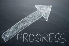 Rozwija się inskrypcję i strzałę na w górę whiteboard Pojęcie przyrost, wzrastający dochód i postęp, obraz royalty free