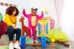 Rozwojowy ćwiczenie w dziecinu w grupie zdjęcia stock