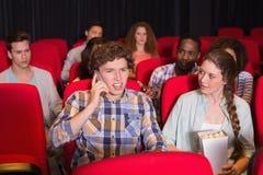 Rozzłościć mężczyzna na telefonie podczas filmu Obraz Royalty Free