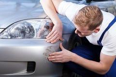Réparation d'une éraflure de voiture Photos stock