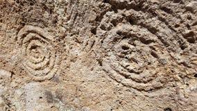 Röra sig i spiral konster på neolitiska gravvalv (domus de janas) i Montessus nekropol Arkivbilder