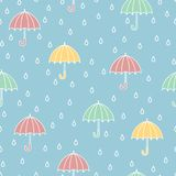 RRain e guarda-chuvas Teste padrão sem emenda Desenhos animados tirados da garatuja do vetor mão colorida ilustração royalty free