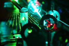 Rörelse av microparticles vid strålar av laser Arkivbilder