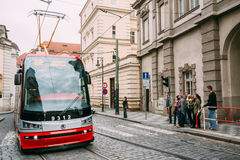 Rörelse av spårvagnen på den gataMalostranske namestien i Prague, C Royaltyfri Bild
