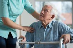 Rörelsehindrad pensionär i omsorghem Arkivbild