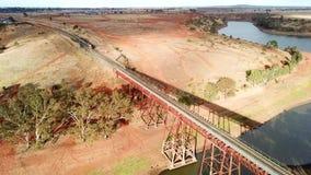 Rriver ove железнодорожного моста с поездом сток-видео