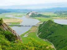 Rriver-Tal Partizanskaya und Berg Bruder, Primorsky Krai, R Stockfotos