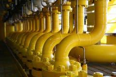 Rörledningkonstruktioner på produktionplattformen, produktionsprocess av fossila bränslenbransch som leda i rör linjen på plattfo Royaltyfria Foton