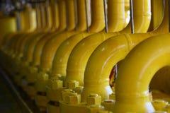Rörledningkonstruktioner på produktionplattformen, produktionsprocess av fossila bränslenbransch som leda i rör linjen på plattfo Arkivbild
