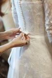 RRPP de la mano de la bata de la novia de la mañana de la ceremonia de la celebración de la boda Fotografía de archivo libre de regalías