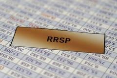 RRSP-tecken som förläggas på räknearkrapportbakgrund arkivfoton