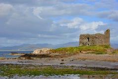 Rruins van kasteel op het strand. Ierland Stock Foto