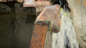 Rrunning woda w rzecznej tamie w lecie Wod krople w betonu i metalu strukturze Zakończenie zbiory