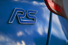 RS-Logo auf blauem Auto Stockfotografie