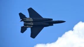 RSAF F-15SG执行特技飞行的figher喷气机在新加坡Airshow 库存照片