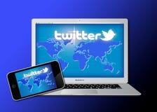 Réseau social de Twitter sur le matériel mobile Photos libres de droits