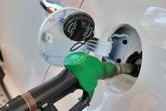 Réservoir et arme à feu ouverts de station service Remplissage de l'essence dans la voiture Photographie stock libre de droits