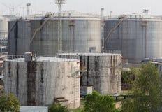 Réservoirs de carburant dans le port maritime Images libres de droits